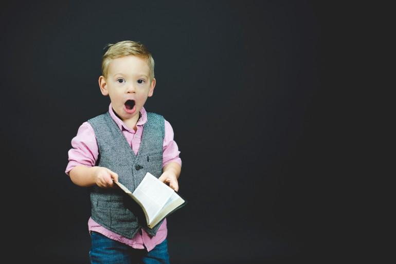 garotinho surpreso