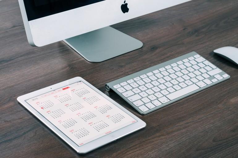 auxílio de calendário e planilhas para montar o orçamento de um evento