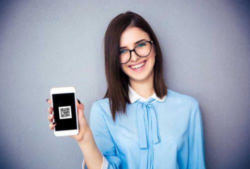 mulher utilizando aplicativo de credenciamento